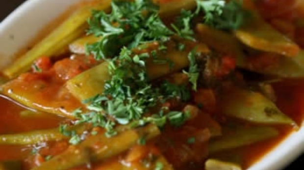 Flat beans with tomato and parsley