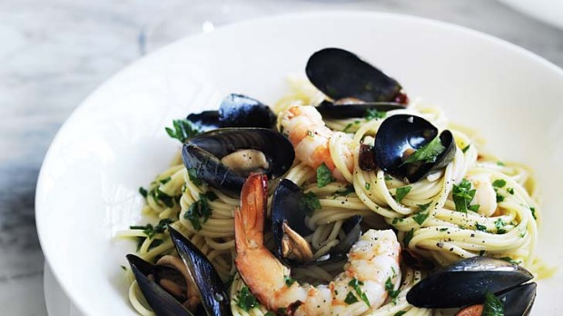 Spaghetti with mussels, prawns and chilli.