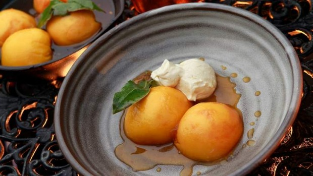 Simple and delicious ... Roast peaches in caramel with mascarpone mousse.