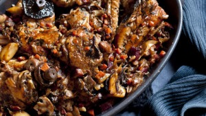 Braised chicken with white wine and mushrooms.