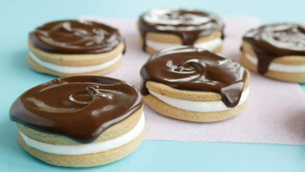 Wagon wheel inspired marshmallow biscuits.