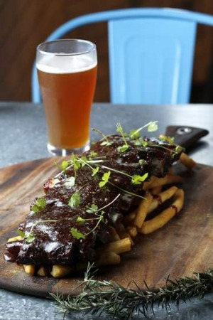 Beef ribs with chips.