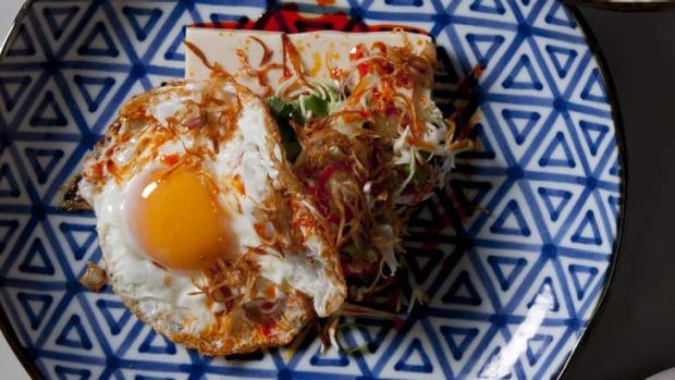 Chilled tofu with fried egg and chilli.