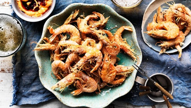 Spicy finger food for a party: Crispy school prawns with harissa mayonnaise.