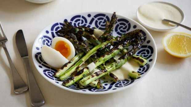 Perfect match: Grilled asparagus with alioli and boiled egg.
