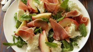 Salad of fresh peach, ham and mozzarella.