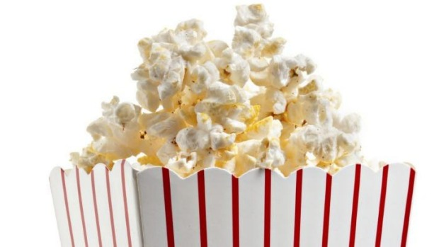 what makes popcorn pop First, how does popcorn pop and turn into popcorn to eat  cob that you were  supposed to eat for dinner and tried to make popcorn, it wouldn't.