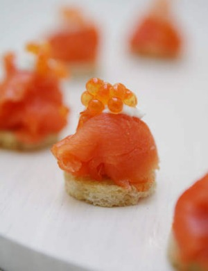 Simple and elegant: smoked salmon canapes.
