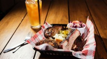 The John Daly drink and mixed barbecue platter.