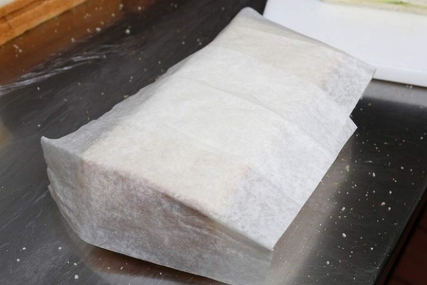 Tip: Place damp paper towel or a wet Chux-style cloth on any exposed bread slices to prevent the bread drying out.