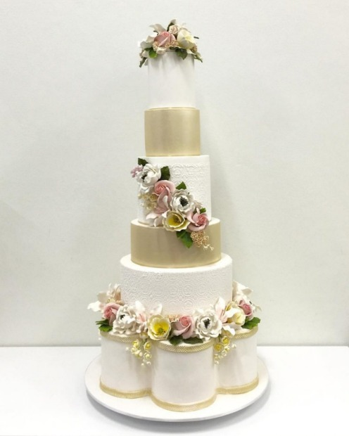 This multi-level design by Cake Salon cleverly incorporates flowers in a pared-back, elegant way.