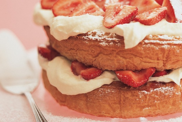 Classic strawberry and cream sponge cake <a ...