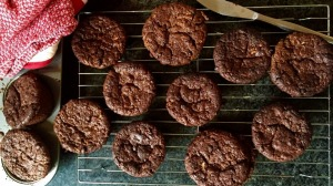 This chocolate muffin recipe is easy and healthy, so you get the best of both worlds.