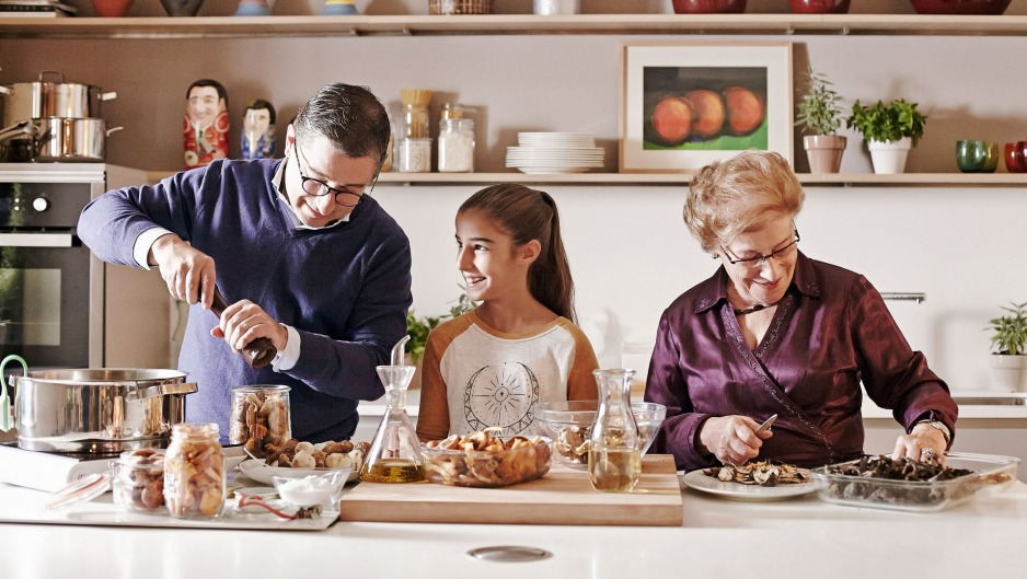 Joan Roca (left) in his home kitchen with daughter and grandmother.