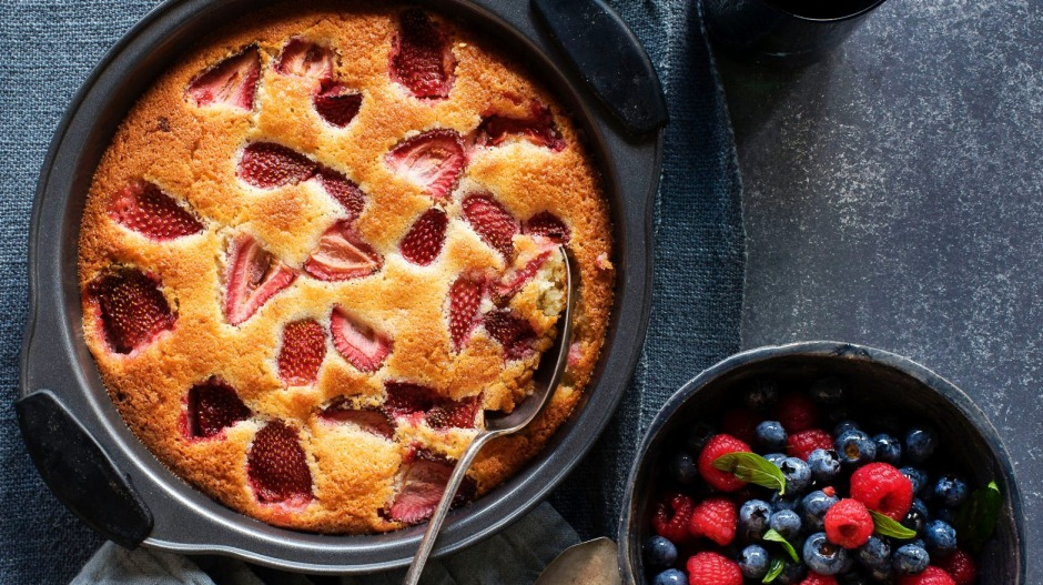 This strawberry and white chocolate almond cake, with macerated berries, is a delicious afternoon treat.
