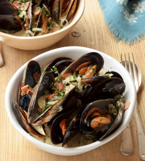 Pot o' mussels with cider and bacon.