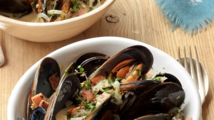 Pot o' mussels with cider and bacon. Jill Dupleix HOT POTS recipes for Epicure and Good Living. Photographed by Marina ...