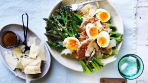 Salad of asparagus, prosciutto and egg with vinaigrette.