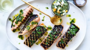 Grilled salmon fillets with salsa verde