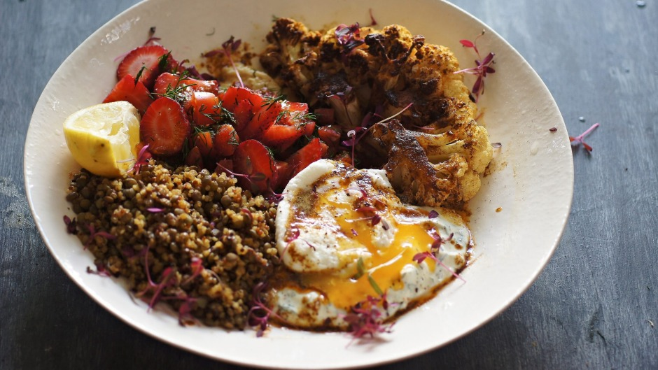 Egg, cauliflower, hummus, lentils and quinoa: this grain bowl is a treat.