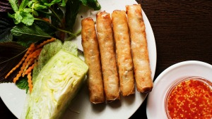 Cha gio (fried Vietnamese spring rolls).