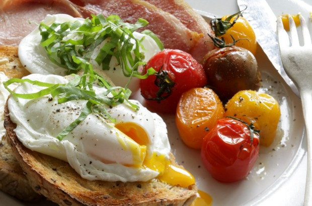 Poached eggs with roasted tomatoes, bacon and sorrel <a ...