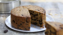 When making Christmas cake, use cold and firm butter and don't use very fresh eggs.