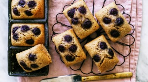 These financiers use olive oil instead of the traditional beurre noisette.