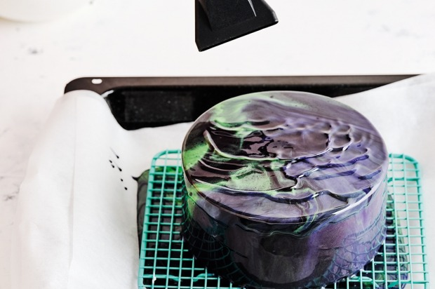 Step 5: Give the cake a quick blast of heat from a hair dryer top create a marbled effect then leave it to set.