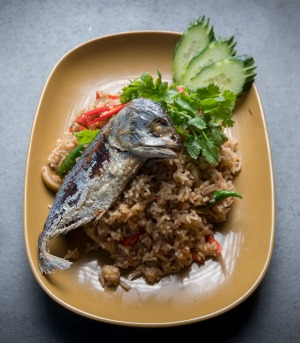 Fried rice with shrimp paste and fried mackerel.