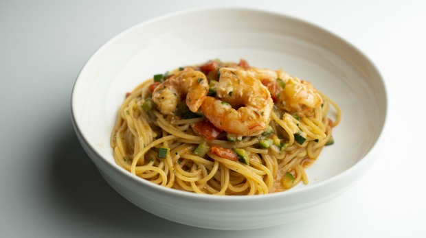 Spaghetti with prawns and zucchini.