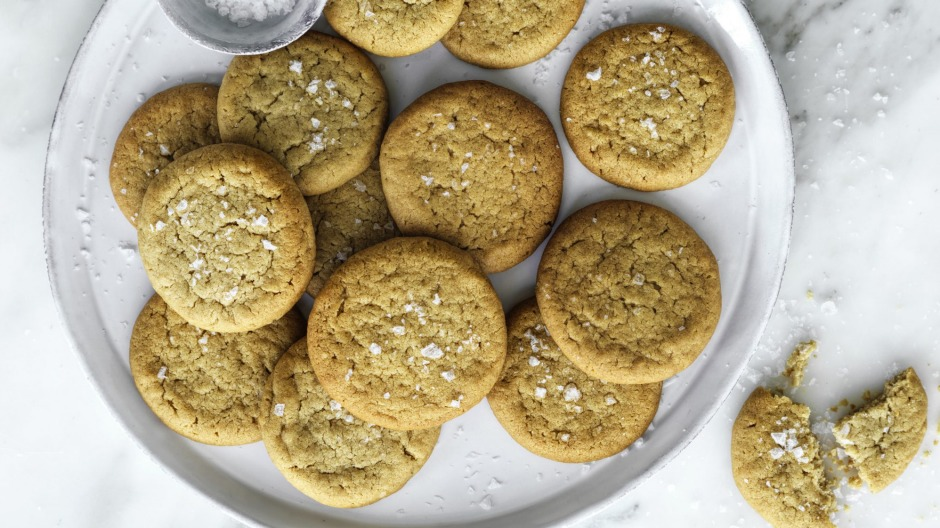 If you have a sweet tooth, these salted honey and tahini shortbreads will help you limit your after dinner snacking.