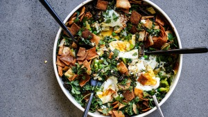Green shakshuka with crispy pita crisps.