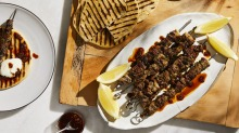 Perfect for the charcoal grill: Grilled lamb leg spiedini.