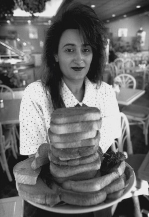 Waitress Zoey Volkanovska with a stack of Sizzler cheese toasts in 1994.