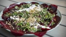 Simple and flavourful: Beetroot carpaccio.