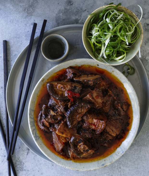 Serve this braised pork belly with boiled rice and spring onion.